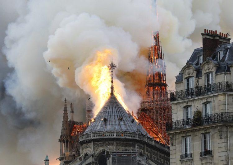 El incendio no ha sido sofocado, pero Macron asegura que Notre Dame será reconstruida