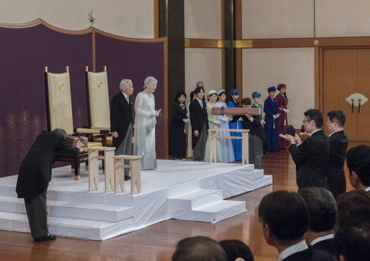 Emperador de Japón abdica al trono por primera vez en más de 2 siglos