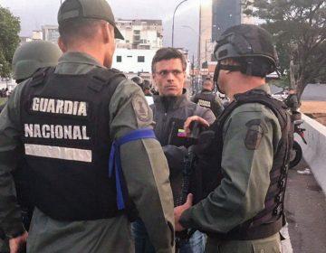 ¿Por qué los militares opositores usan una cinta azul en Venezuela?