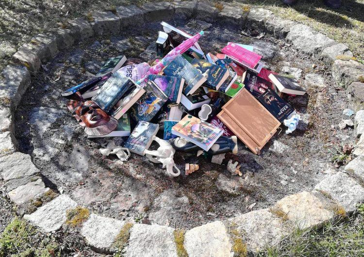 Sacerdotes católicos polacos queman libros de Harry Potter por considerarlos sacrilegio