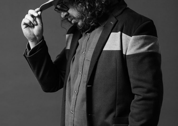 el cantante y poeta posa con un sombrero y lentes oscuros