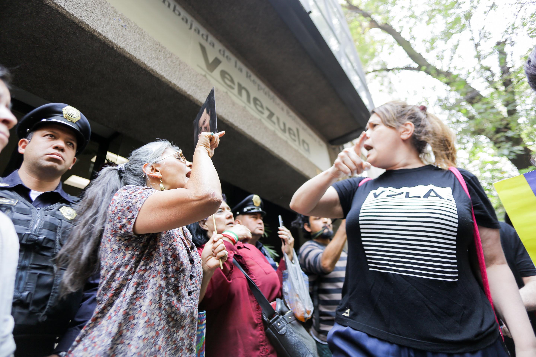Una mujer y una joven se enfrentan en la embajada de Venezuela en la Ciudad de México.
