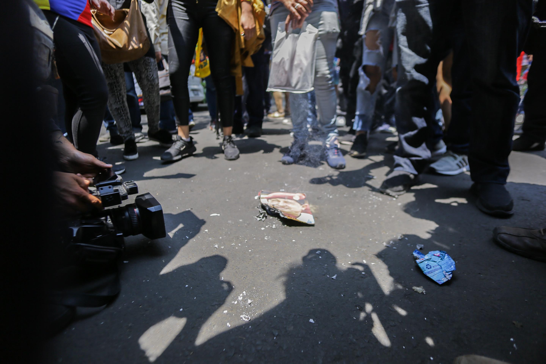 En el piso se quema una foto del presidente de Venezuela Nicolás Maduro en la embajada del país sudamericano en la Ciudad de México.