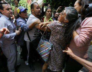 Se enfrentan opositores y seguidores de Nicolás Maduro afuera de la embajada de Venezuela en México