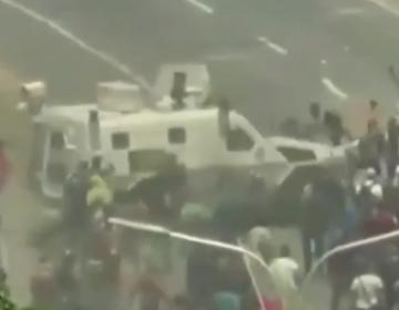 Personas arrolladas por una tanqueta y al menos 69 heridos: las imágenes de la sublevación contra Maduro