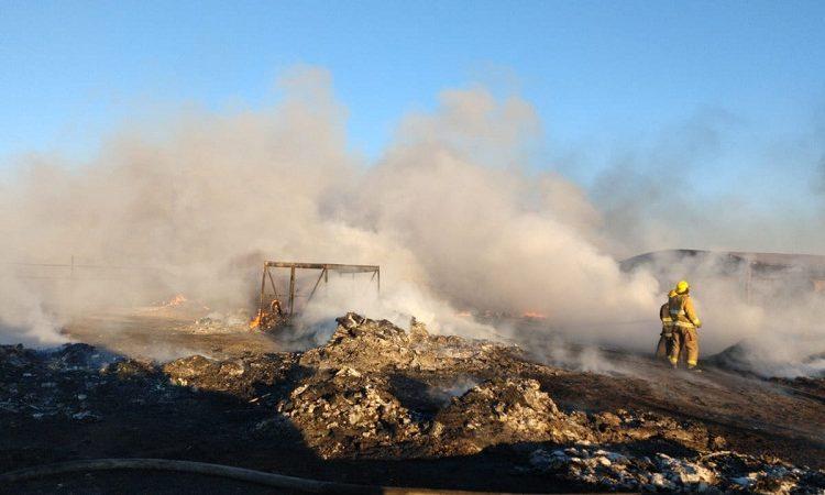 Rescatan a familia de incendio en recicladora de Jesús María