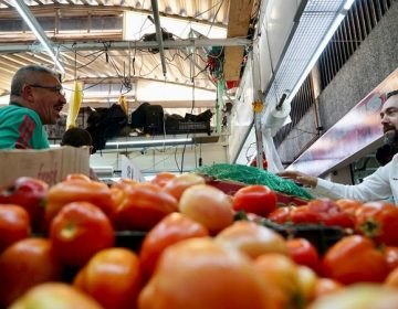 Escucha Arturo Ávila necesidades de locatarios del Mercado Terán
