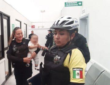Arrestan a mujer; abandonó a su nieto en vehículo
