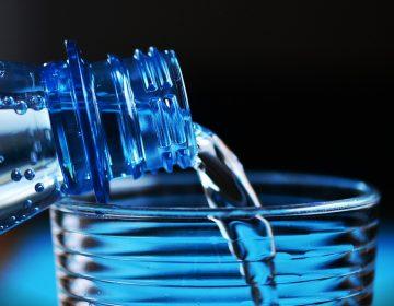 El agua Peñafiel que se produce en México tiene riesgosos niveles de arsénico, alerta organización de EU