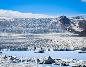 Turistas captan desprendimiento de hielo de un glaciar en Islandia