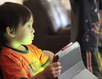 Niños menores de dos años no deben usar pantallas o celulares: OMS