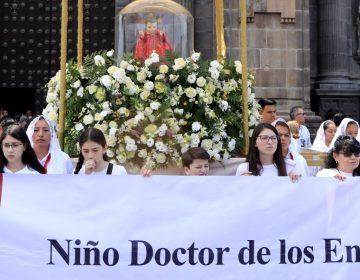 Miles de feligreses asisten a la procesión de Viernes Santo en Puebla