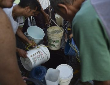 Venezolanos sufren escasez de agua por apagón; Maduro raciona energía y reduce jornadas laborales