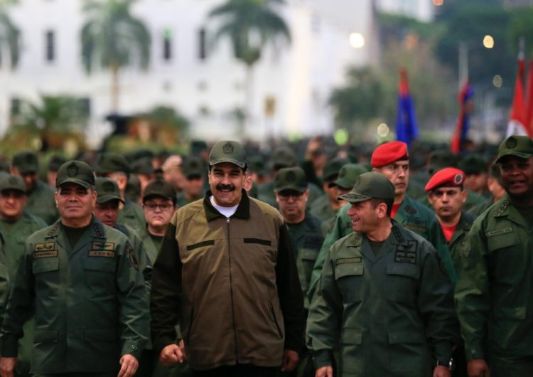 Maduro pide a sus soldados defender a Venezuela de un ataque de EU