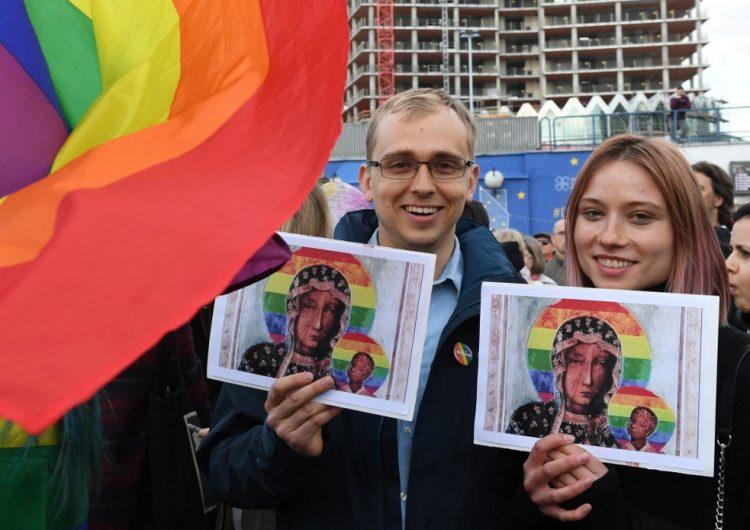 """Detienen a mujer en Polonia por """"profanar"""" a la Virgen María con una aureola arcoíris"""