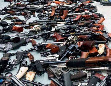 La policía decomisa más de 1,000 armas en una lujosa mansión de Los Ángeles