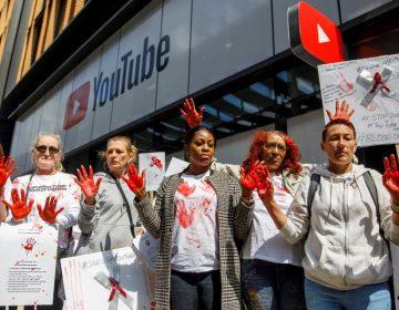 Manifestantes en Londres acusan a Youtube de ser una plataforma que ha aumentado la violencia