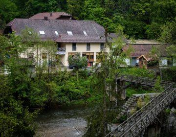 La muerte de tres personas con una ballesta en un hotel intriga a Alemania