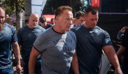 Hombre ataca por la espalda a Arnold Schwarzenegger durante su…
