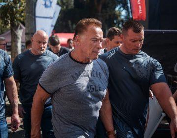 Hombre ataca por la espalda a Arnold Schwarzenegger durante su visita a Sudáfrica