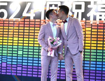 Se casan las primeras parejas gay en Taiwán, el primer país asiático en legalizarlo