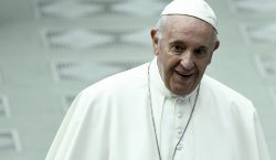 """El papa compara realizar un aborto con un """"asesinato a…"""