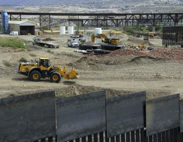 """Seguidores de Trump construyen muro """"privado"""" de 800 metros en la frontera con México"""
