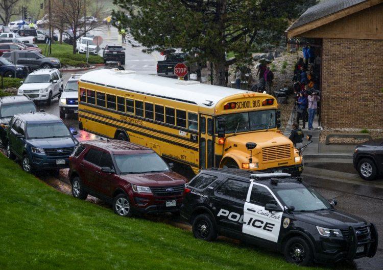 Tiroteo en escuela de Colorado deja al menos ocho heridos; detienen a dos personas