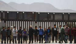 EU instalará a 7,500 migrantes en casas de campaña ubicadas…