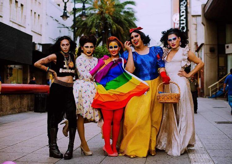 """""""Ellos se acercan sin juzgar"""": un grupo de drags fue denunciado por leer cuentos a niños"""