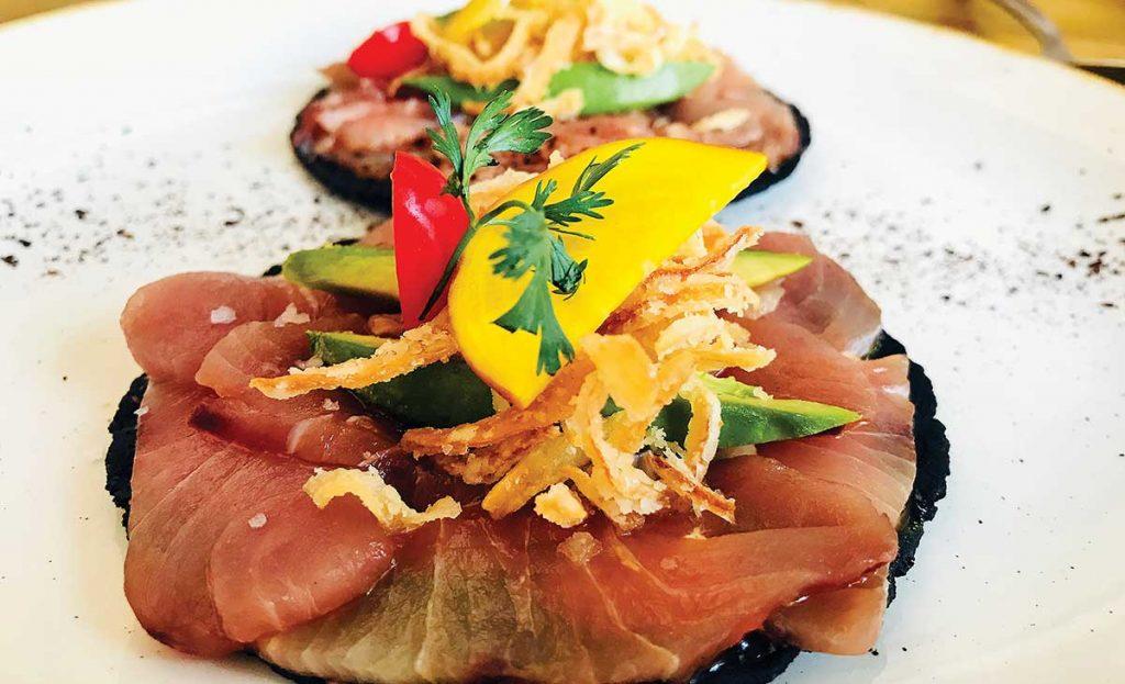 platillo de salmón con tortilla confitada