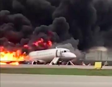 Se incendia avión al aterrizar de emergencia en Rusia; hay 41 personas muertas