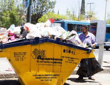 Recolecta Iván Sánchez Nájera basura de contenedores ante falta de servicio