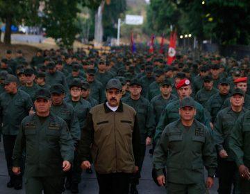 Maduro muestra su 'músculo' militar: encabeza marcha con soldados