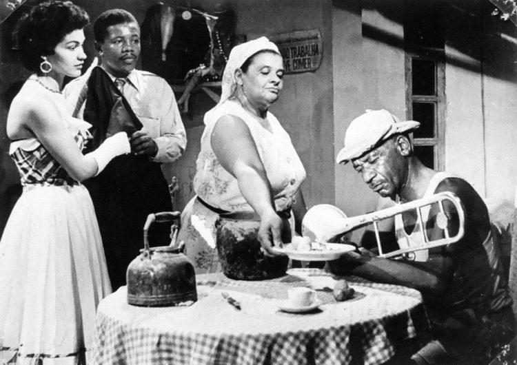 un cine clásico en blanco y negro. Vemos una escena de cocina con una mesa y encima una tetera.