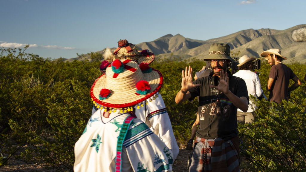 una escena de militares y personas indígenas con sus trajes típicos en la sierra