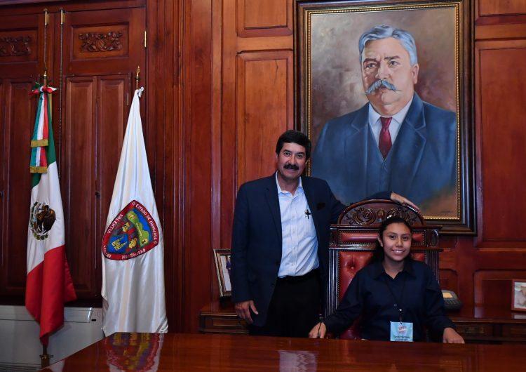 Dialoga Corral con niña gobernadora en Palacio