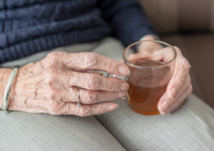Mujer de 102 años es sospechosa de matar a su vecina de 92 en Francia