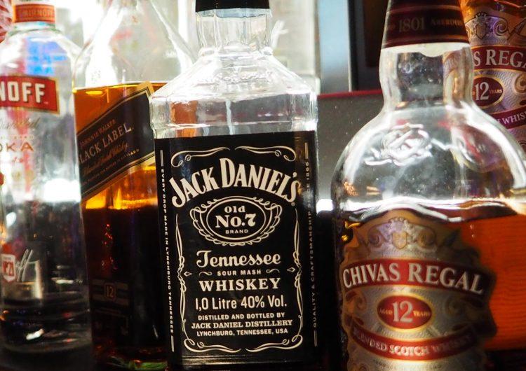 Buscan castigar a apps que entreguen bebidas alcohólicas a menores