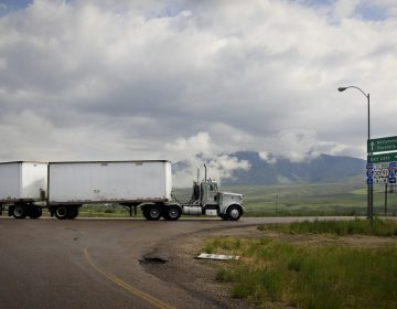 Vuelca camión en Monclova, chofer resulta ileso