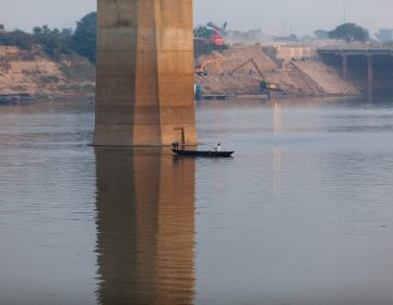 La policía india busca a un ilusionista que desapareció después de un acto en el río Ganges