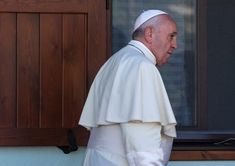 Por falta de sacerdotes, El Vaticano analiza permitir a hombres casados y mujeres ordenarse