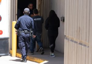 En tres días autoridades fronterizas de EU arrestaron a 18 familias falsas luego de hacerles pruebas de ADN
