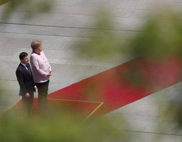 Angela Merkel sufre temblores durante una ceremonia oficial; dice que fue por deshidratación