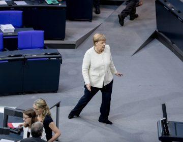 La canciller Angela Merkel tiembla otra vez en un evento público