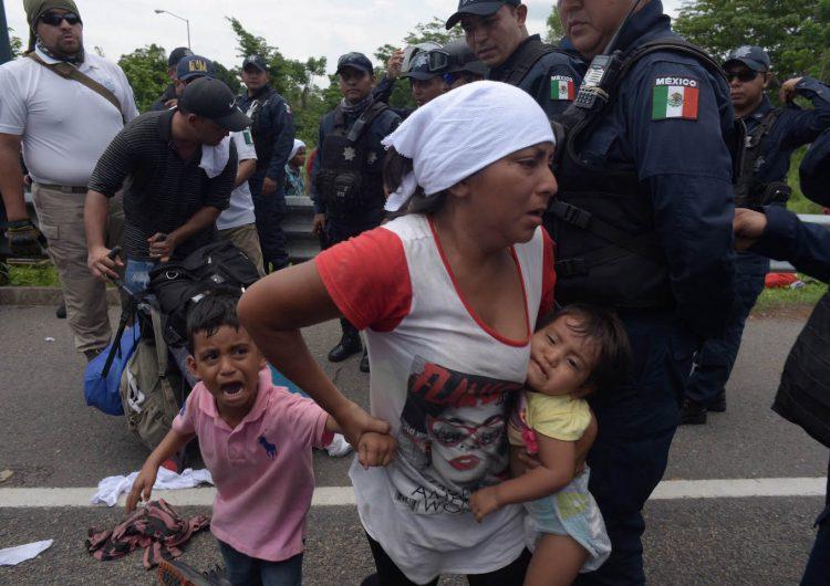 México frena caravana de 1,200 migrantes centroamericanos