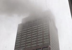 Helicóptero se estrella con el techo de un rascacielos en Manhattan; hay una persona muerta
