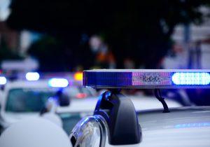 Víctima de violencia doméstica en EU entregó a la policia armas de su marido, pero fue acusada de robo