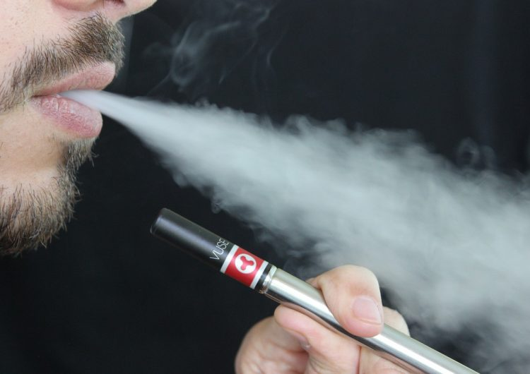 Cigarro electrónico explota en la boca de un joven; sufre daños como los de un accidente automovilístico