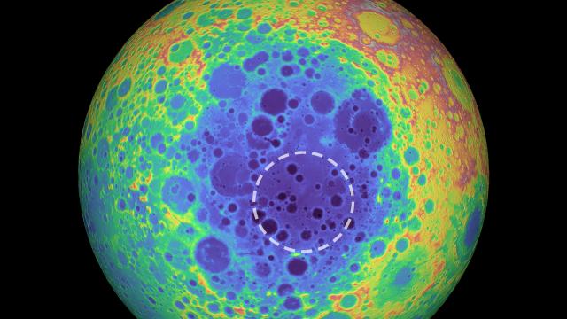 Hay una masa enorme bajo un cráter en el lado oscuro de la Luna y los científicos no saben qué es